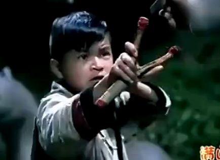 抗日剧再现雷人瞬间 男孩用弹弓横扫日军