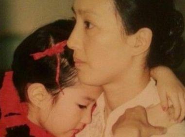 刘亦菲晒儿时萌照 妈妈漂亮气质佳