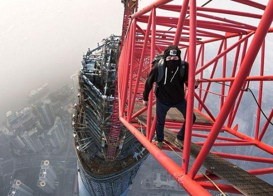 俄攀高狂人偷爬上海中心工地 攀高650米