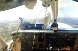 实拍飞鸟撞破飞机驾驶舱瞬间
