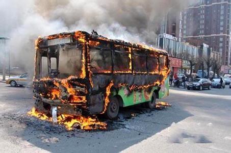 公交车行驶中突发大火 车辆被烧成空壳