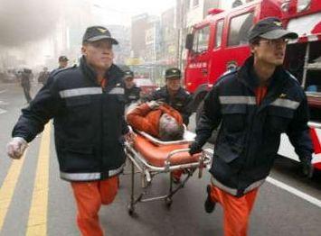 实拍消防员救活火场中昏死男童