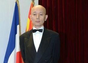 葛优穿20年前礼服接受法国骑士勋章