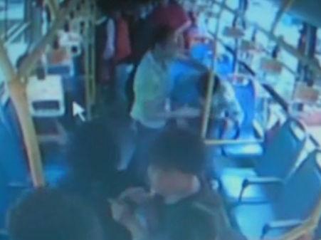 少年公交上遭暴打 乘客下车躲避未制止