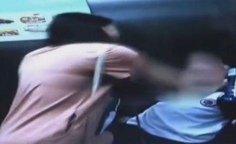 实拍女子电梯内虐打女儿 只因其吃饭慢