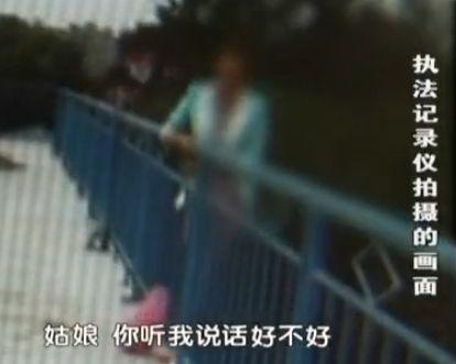 女子欲跳河轻生 前夫劝解爬围栏称一起死