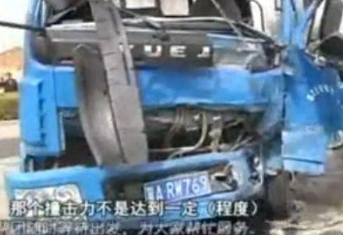 石家庄:大货车逆行撞上客车乘客被甩出