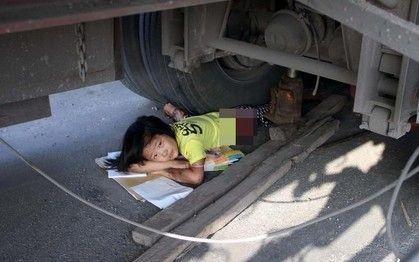 小女孩被压车轮下
