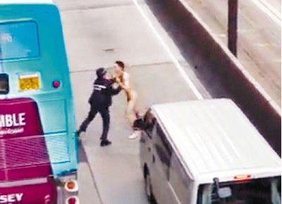 裸体男子街头袭击女警被其制服