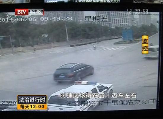 面包车拖拽交警40米逃逸 目击者狂追逼停