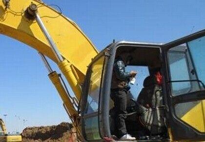 男女挖掘机内车震反锁被困3小时报警