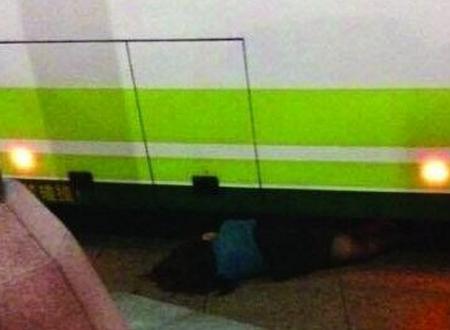 公交司机误踩油门冲进候车亭 女乘客被撞死